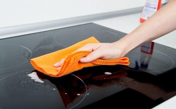 Lau chùi nhẹ bếp bằng khăn sạch sau khi lau bằng xà phòng