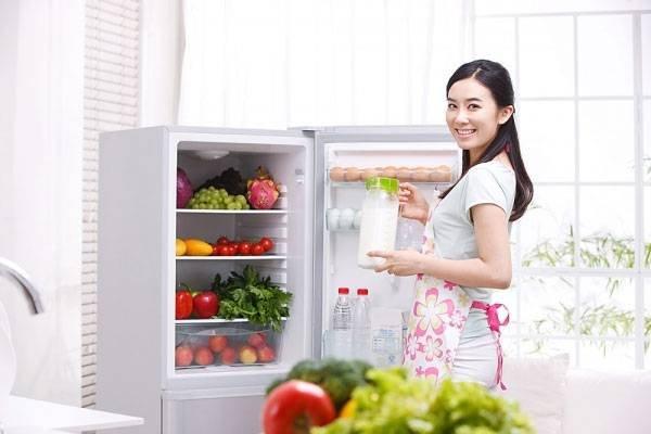 Lấy thực phẩm còn ra khỏi tủ lạnh trước khi vệ sinh