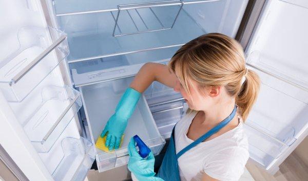 Tháo khay/hộc tủ lạnh ra để dễ dàng hơn trong việc vệ sinh tủ